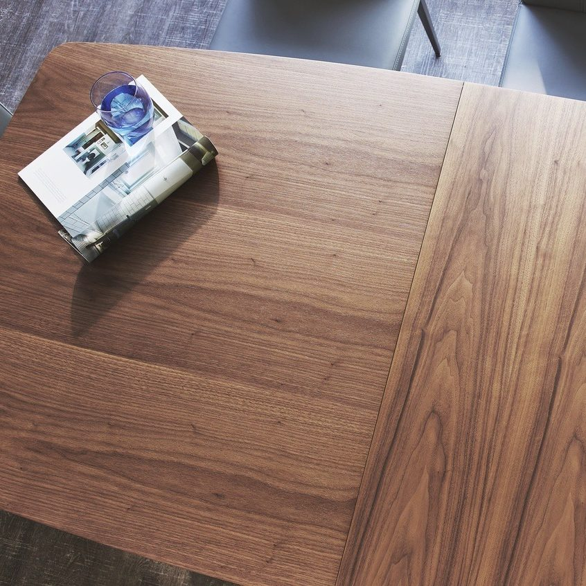 When extended, the grain of the Assi extension leaf runs in the opposite direction to the main table grain, adding a touch of interest alongside a stylish design feature.